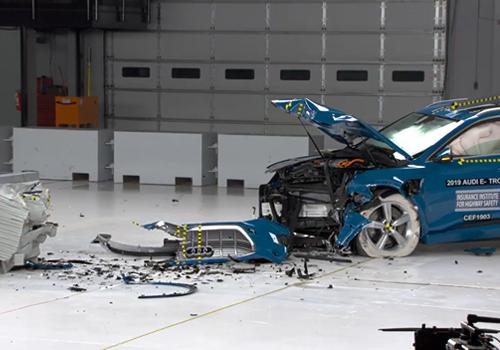 Audi e-tron vehiculo electrico más seguro del mundo sistema de frenado de emergencia automático