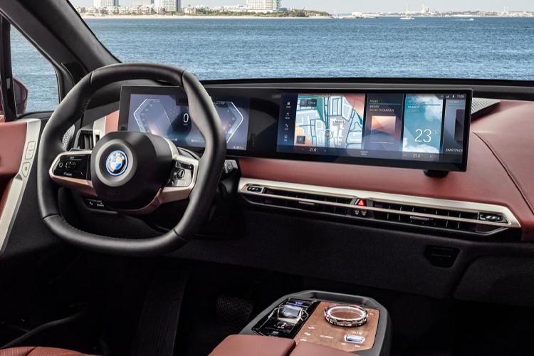 BMW i4 totalmente eléctrico diseño sistema de infoentretenimiento