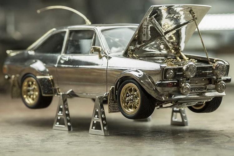 Ford Escort MK2 vehiculo a escala de oro, plata y piedras preciosas