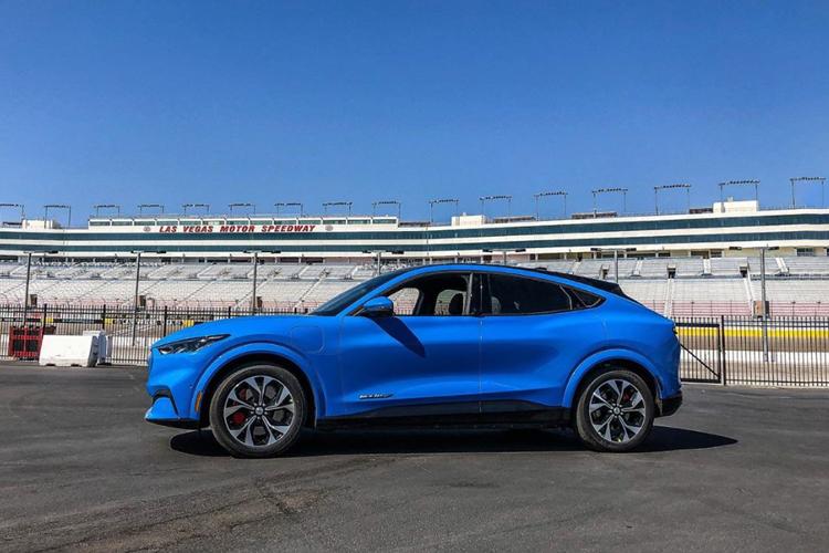 Ford Mustang Mach-e con problemas en batería 12 V modelos electricos diseño sin carga