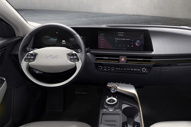 Kia EV6 crossover totalmente eléctrico interior sistema de infoentretenimiento