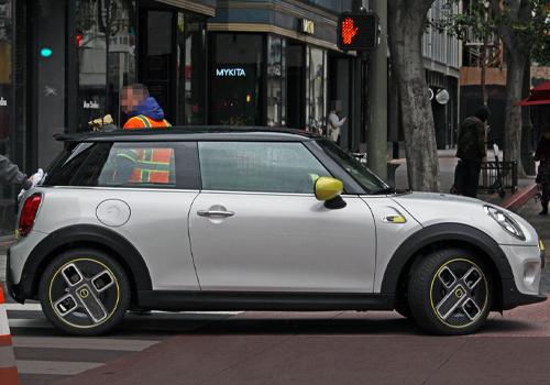 MINI Cooper SE electrico fotografiado