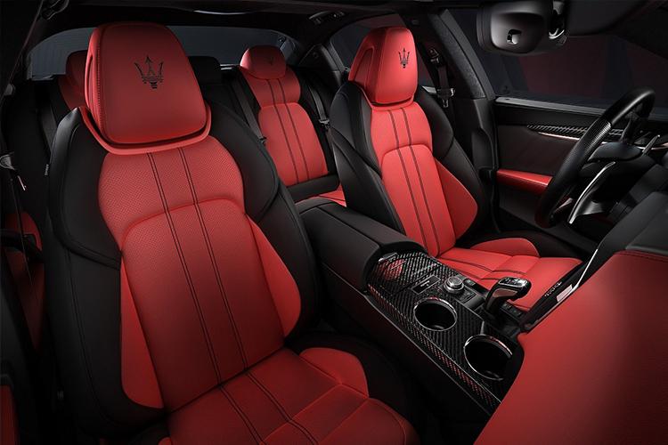 Maserati Edizione Ribelle asientos en rojo y negro