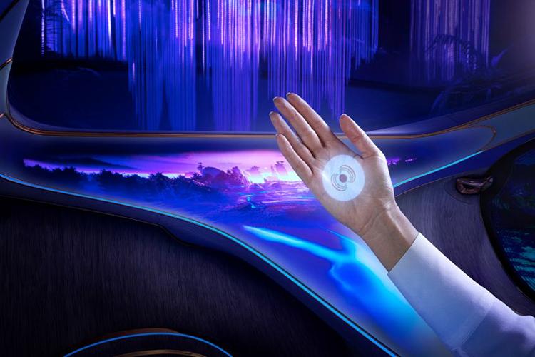 concept car interior con proyección en la palma de la mano