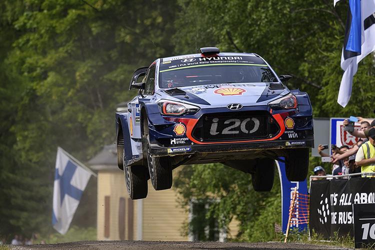 Rally Finlandia 2019 vehiculo en el aire salto