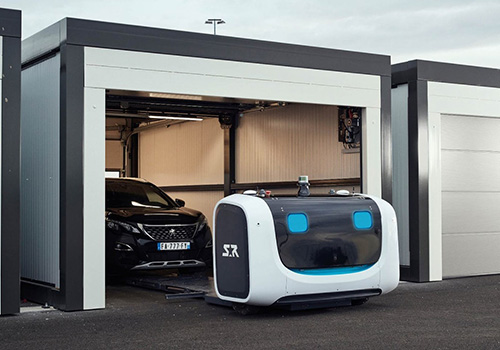 Robot valet parking recogiendo auto