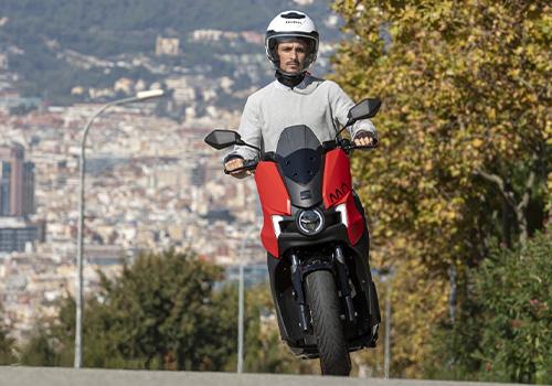 SEAT MÓ eScooter 125 primer moto Seat totalmente eléctrica ya está disponible espacio de almacenamiento