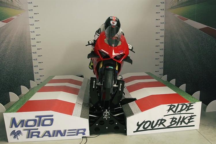 Simulador MotoGP software entrenamiento profesional desempeño pistas motos