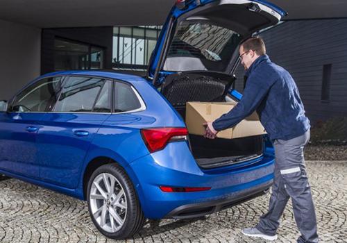 Skoda entrega de paqueteria en la cajuela plataforma de la marca