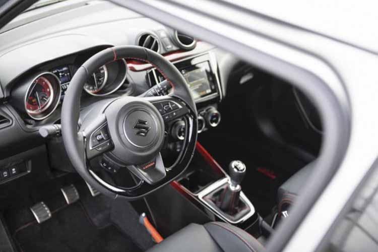 Suzuki Swift Sport Katana interior con emblemas edicion especial