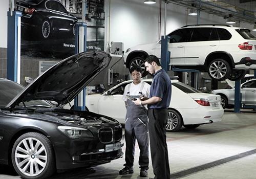 taller BMW atendiendo clientes