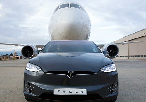 Tesla Model X remolcando avion