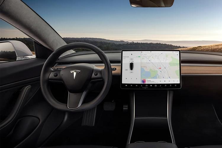 Tesla aumenta su valor superando a Toyota - sistema de infoentretenimiento