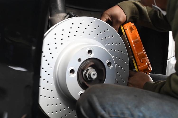 cambio de discos Porsche Cayman GTS colocación de calipers