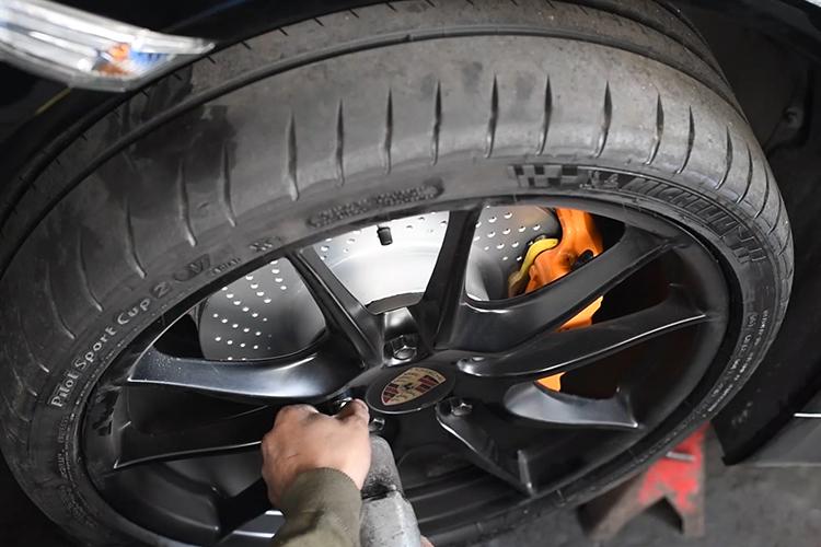 Porsche Cayman GTS colocación de llantas