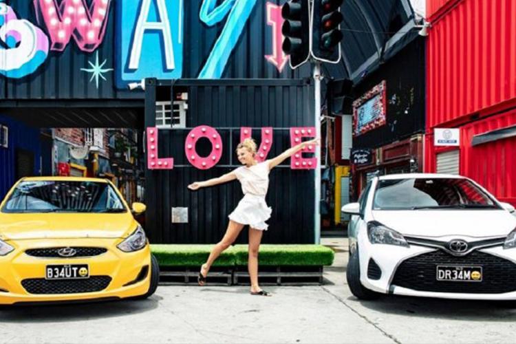 carros con placas emoji