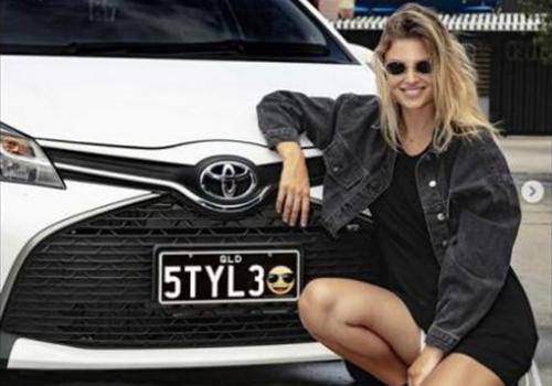 chica con carro placas emoji