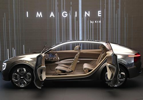 diseño futurista kia con 21 pantallas y puertas suicidas