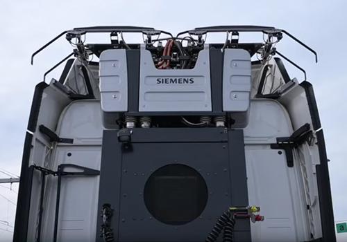 recarga la bateria del camion con los pantografos instalados