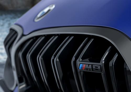emblema en Parrilla BMW M8
