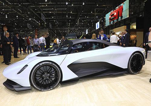 hypercar Aston Martin Valhalla en auto show de ginebra