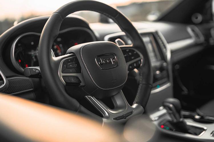 interior del Jeep Grand Cherokee Trackhawk