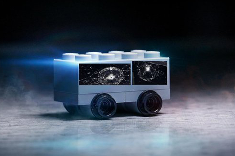 lego Cybertruck modelo a escala de pick-up con vidrios rotos