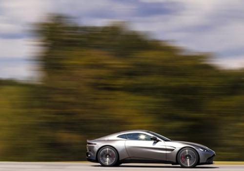 limite de velocidad vehiculo gris en carretera