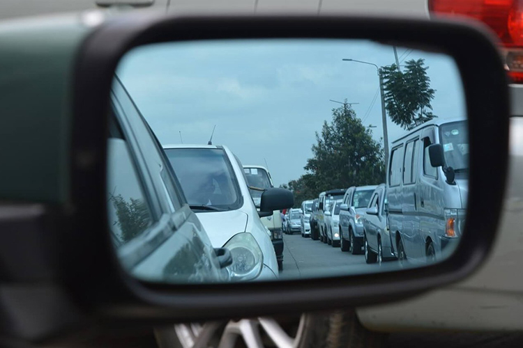 trafico visto desde espejo